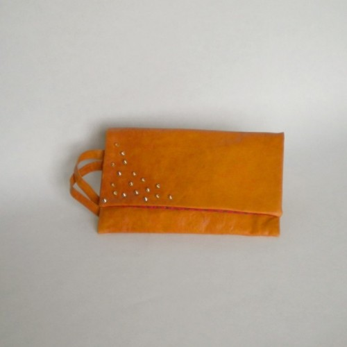 Pochette en cuir orange à clous