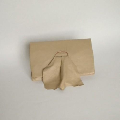Pochette en cuir beige - création suisse