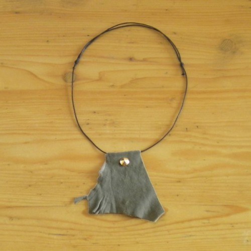 Dark khaki necklace in suede