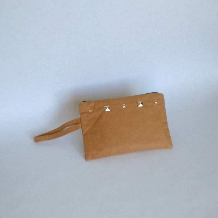 Pochette en cuir naturel à clous