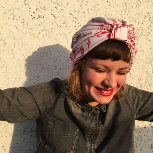 Turban impression Paris blanc et rouge par Opian Genève