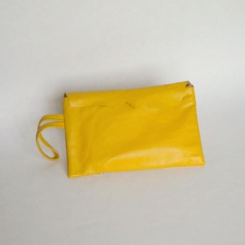 Pochette en cuir jaune