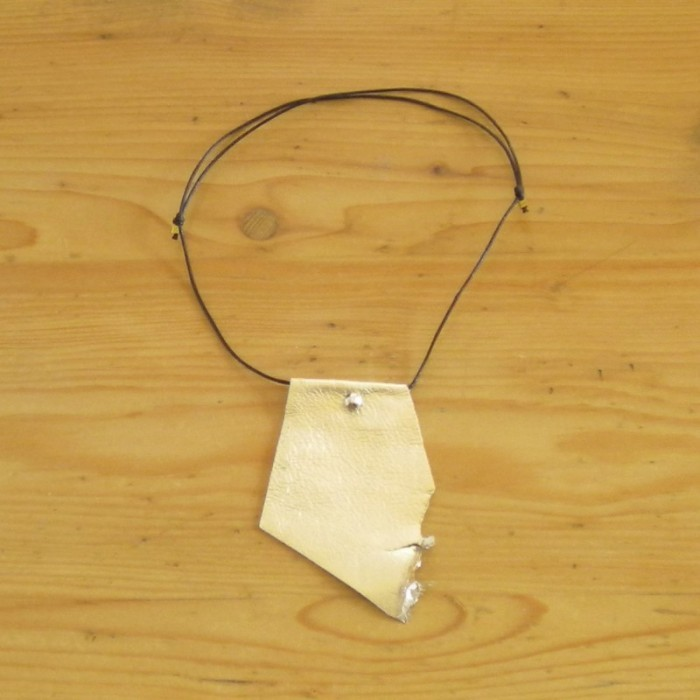 Leather necklace in gold