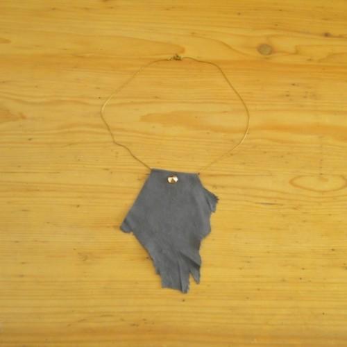 Collier en daim gris avec chaînette - Genève